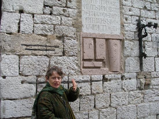 Assisi, İtalya: Demonstrating medieval standards of measure