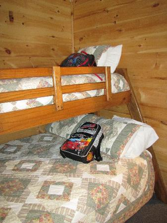 Weirs Beach Motel and Cottages: Bedroom2: regular bed and twin bunk
