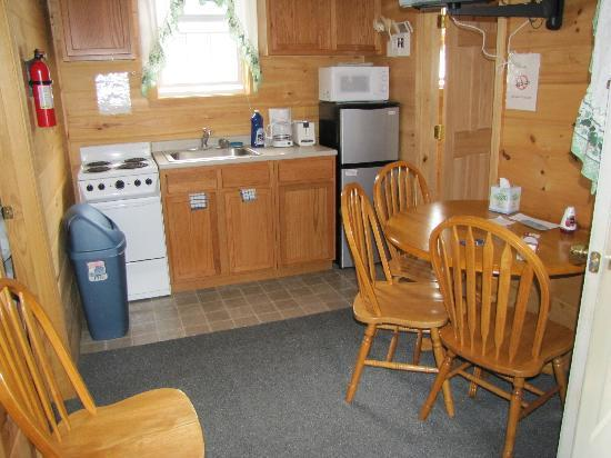 Weirs Beach Motel and Cottages: Kitchen and area to eat