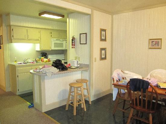Lake Catherine State Park: Kitchen and dining area