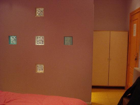 Hostal Arco Iris : Pared entre el baño y la habitacion