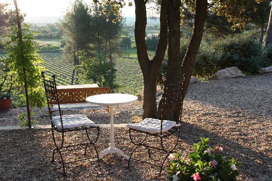 Le Temps des Secrets : Frühstückstisch, Blick auf Gordes und Roussillon