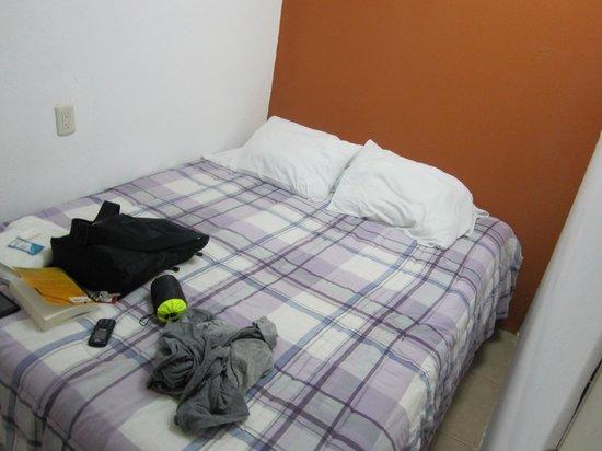 Hotel Casa Santorini:                                                                         claustrophobic room