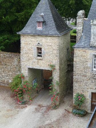 Manoir du Stang : la porte d'entrée dans la cour du manoir