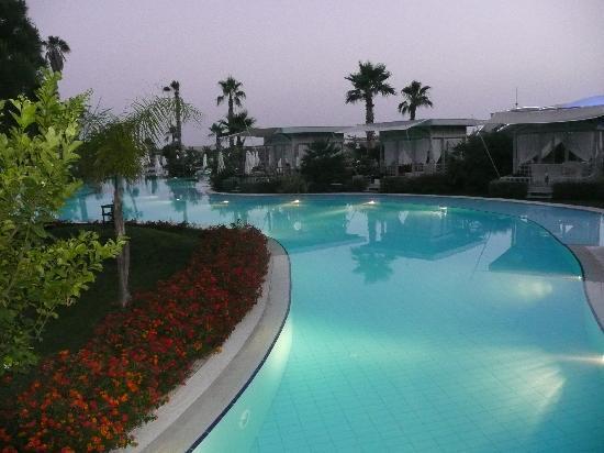 Susesi Luxury Resort : Pool in the evening