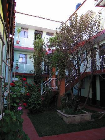 El Manzano Lodge: Interior Hostel Courtyard