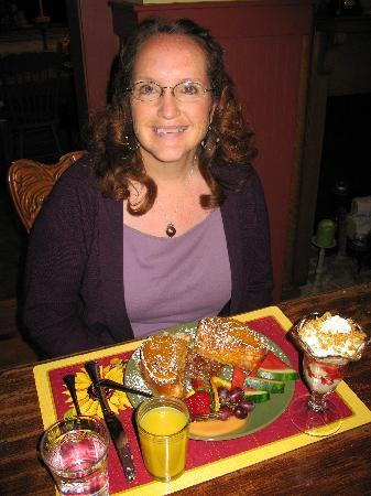 Piney Hill Bed & Breakfast: Lynnis Enjoys Peach French Toast