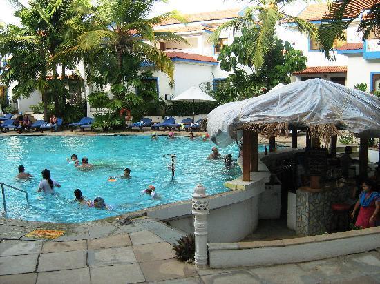 Karma Royal Haathi Mahal: Pool side counter