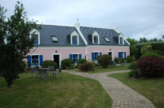 Hotel La Désirade : Les petites maisons logées autour de la piscine ...