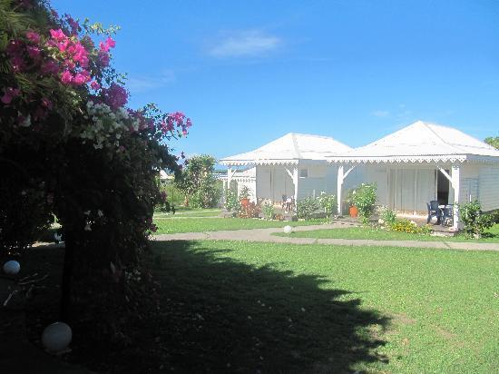Hostellerie des Chateaux: Coup d'oeil sur les bungalows, à l'arrière de la pisicne