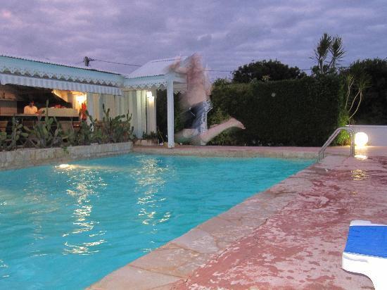Hostellerie des Chateaux: Saut dans la piscine