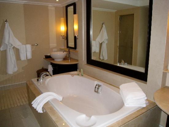 Marriott's Mai Khao Beach - Phuket : Master bath with soaking tub