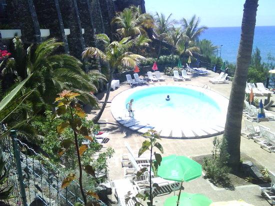 Buganvilla Apartments: Pool på gården