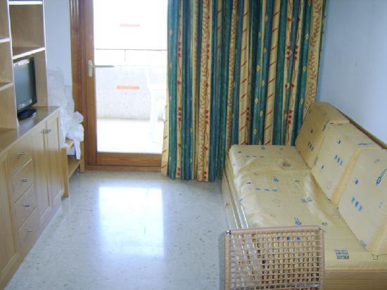 La Era Park Apartments: Apartamento. Salón con sofá cama