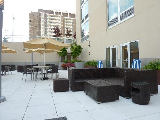 Courtyard by Marriott Chevy Chase: Courtyard.  Nice area to have a drink