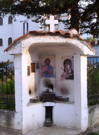 Korce, Albania: Prayer monument on the corner