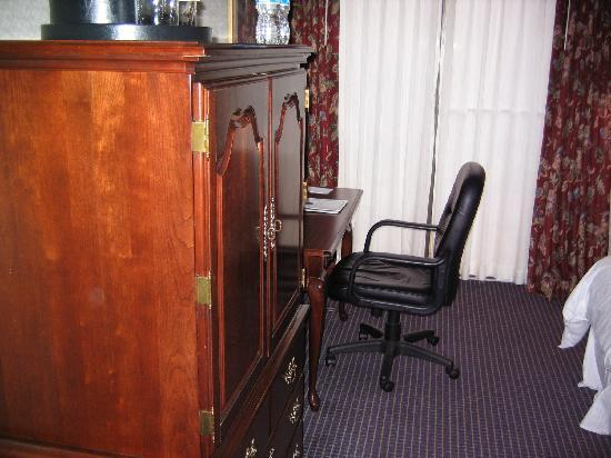 The Kensington Hotel: tv desk area