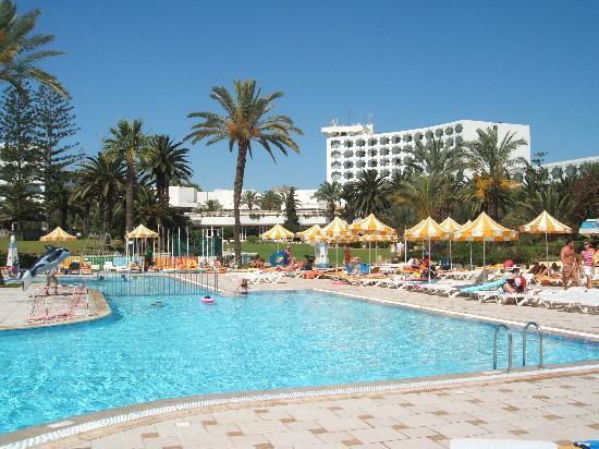 Tour Khalef Marhaba Thalasso & Spa: Accross the pool towards the hotel
