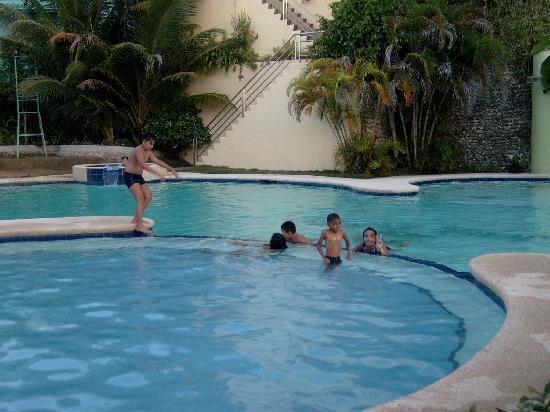 Bohol Plaza Resort: My niece and nephew already enjoying the pool