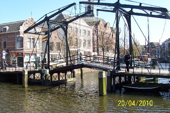 Schiedam, Países Bajos: One of many bridges over a canal