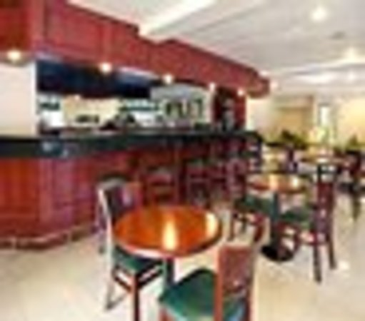 Quality Inn & Suites Irvine Spectrum: contemporary setting for our bar area with flat screen tv