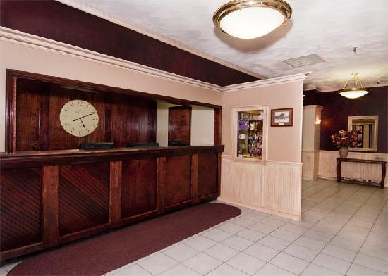 Presque Isle Inn & Convention Center: Front Desk Area