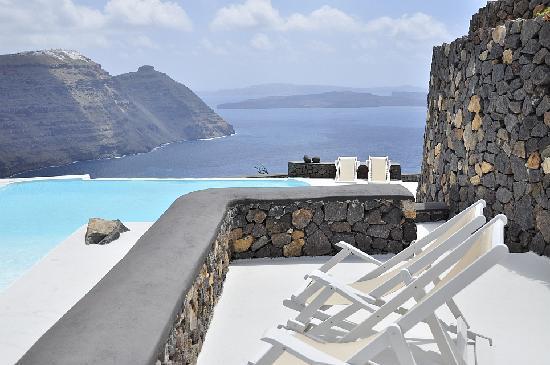 Aenaon Villas: patio in front of villa Feggeri looking onto the caldera