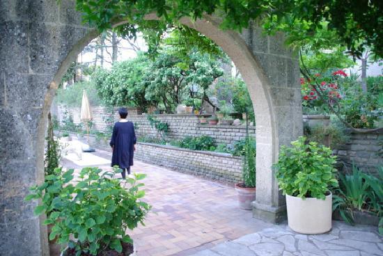Viguiere Provence: 素敵なアーチをくぐるとエントランス