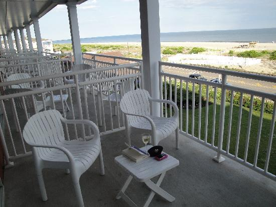 La Mer Beachfront  Inn: Terrace with ocean view