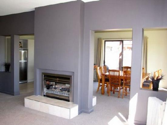 Lake Wanaka Villas at Heritage Village Country Resort: Gas Fire in Lounge