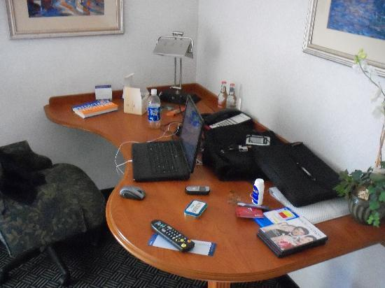 Hampton Inn Danbury: Desk Space