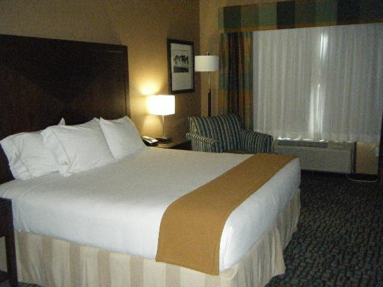 Holiday Inn Express & Suites Salinas: Big, plush bed!