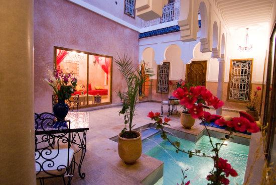 MonRiad: patio e piscina alla sera