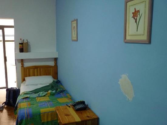 Gorgianis Hotel : Rough plastered wall, room #339