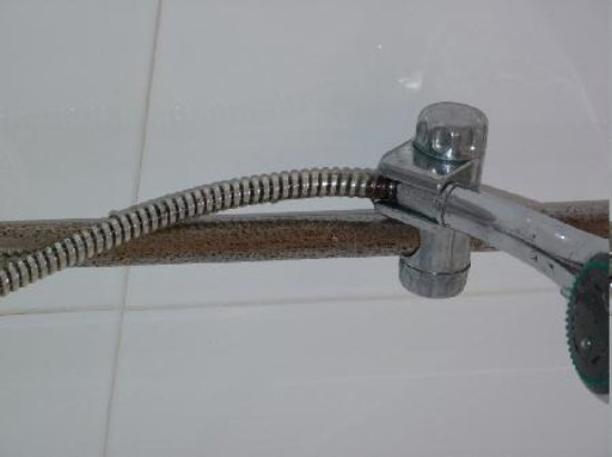Gorgianis Hotel: rusted slide bar in shower cubicle, room #339