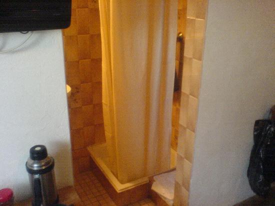 Hostellerie a la Ville de Lyon : The small shower
