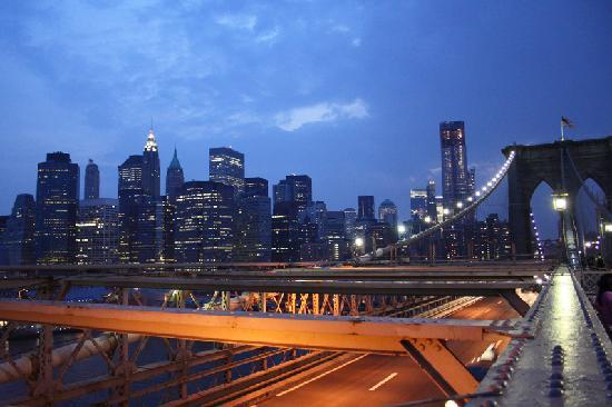 New York, NY: Abends auf der Brooklyn Bridge