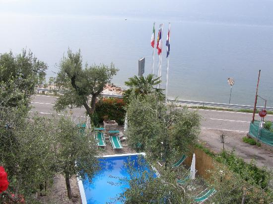 Residence Appartamenti Wieland: View from the balcony to the pool