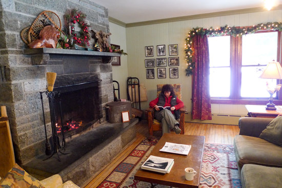 Keene Valley Lodge: Sitting room with large wood fire