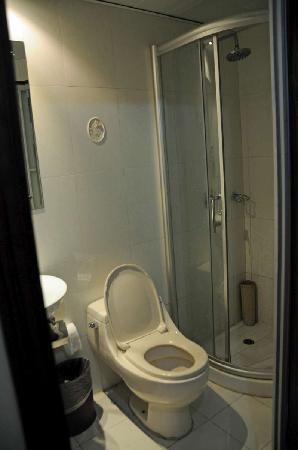 New Jiulong Hotel: Toilets are crammed