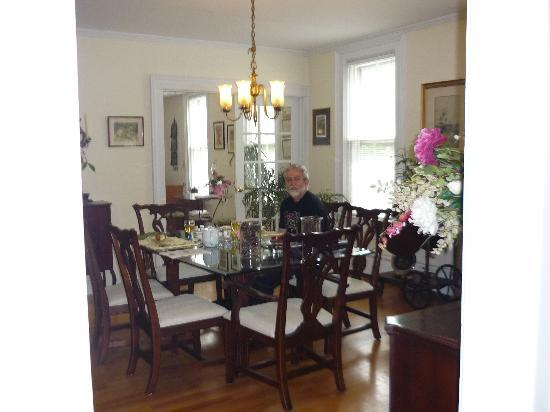 Seasons Bed & Breakfast: dining room