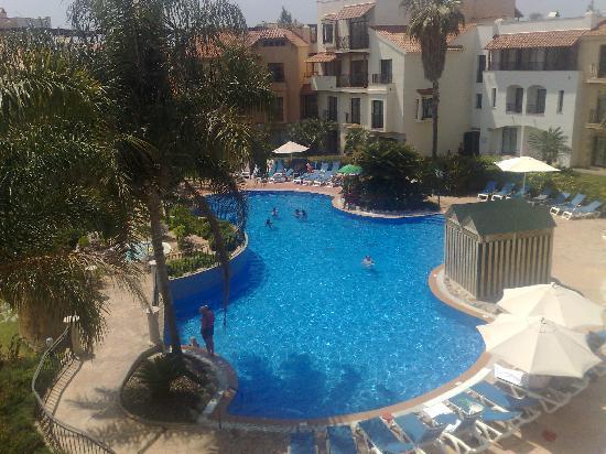 PortAventura Hotel PortAventura: vista de la piscina principal desde la habitacion