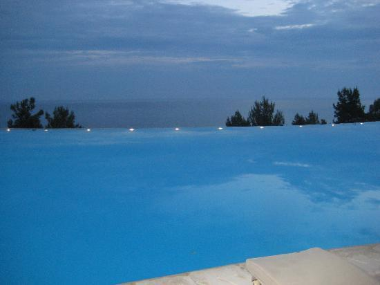 Ikos Oceania: The main pool at night