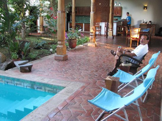 Miss Margrit's Guest House: Relaxing poolside