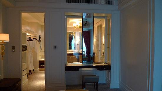 The St. Regis Singapore: Powder Table With View Into Bathroom   Suite