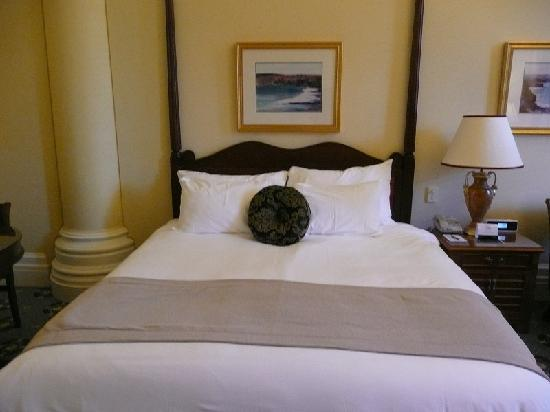 Treasury Hotel & Casino: bed - no bedside table on one side