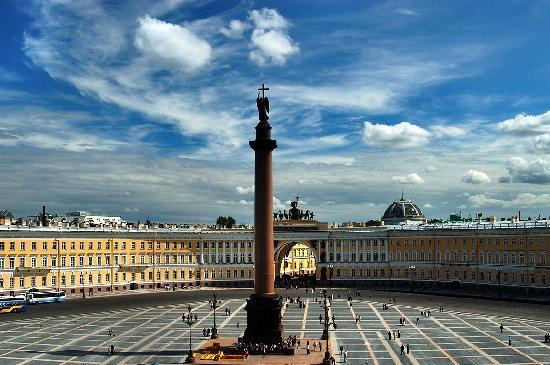San Petersburgo, Rusia: Palace Suqare with a view of Winter Palace and Alexander Column