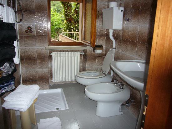 Hotel Alpi: kleines Bad für 2