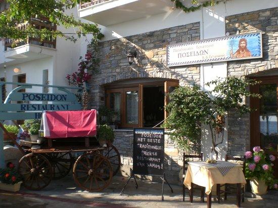Poseidon Hotel Kokkari Samos Greece: The front of Poseidon on the harbor
