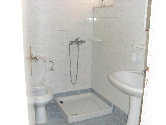 Pothos Apartments: the bathroom
